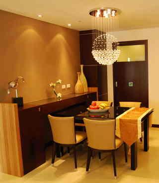 橘黄色现代时尚二居餐厅线型水晶吊灯装饰图
