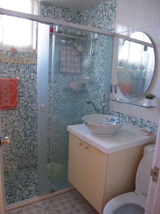 宜家风卫生间水蓝色马赛克瓷砖设计