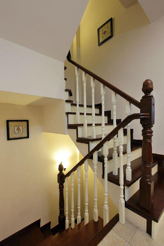实木美式风格别墅楼梯装潢效果图