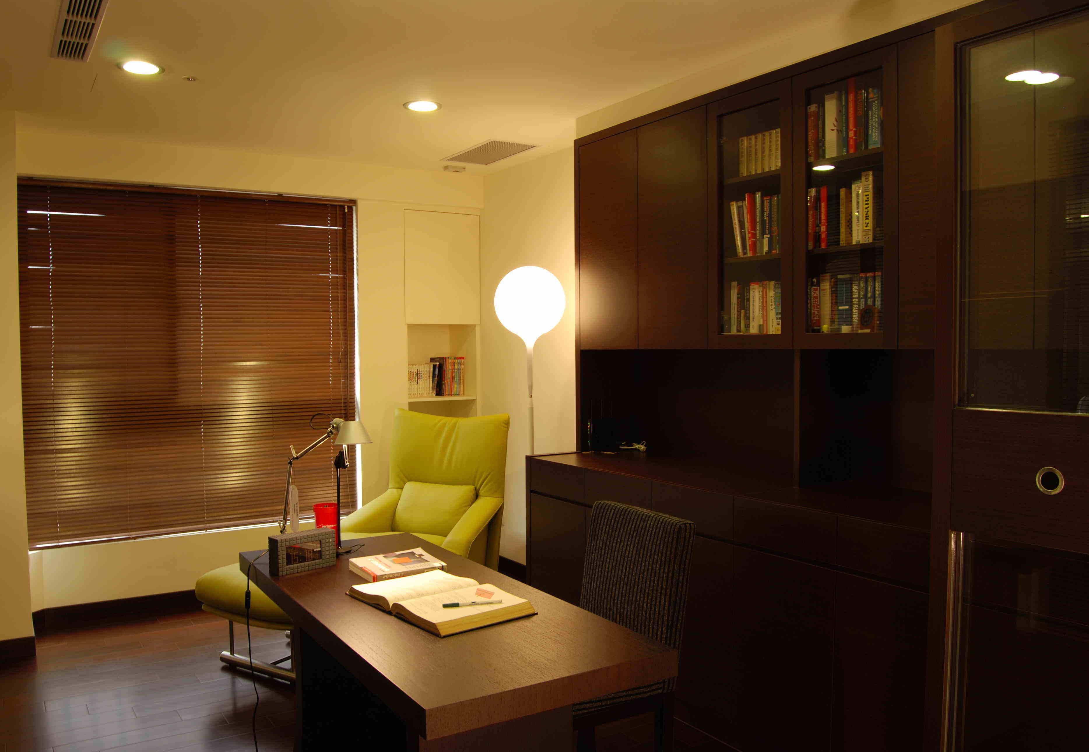 咖啡色中式现代装修风格书房百叶帘装饰效果图