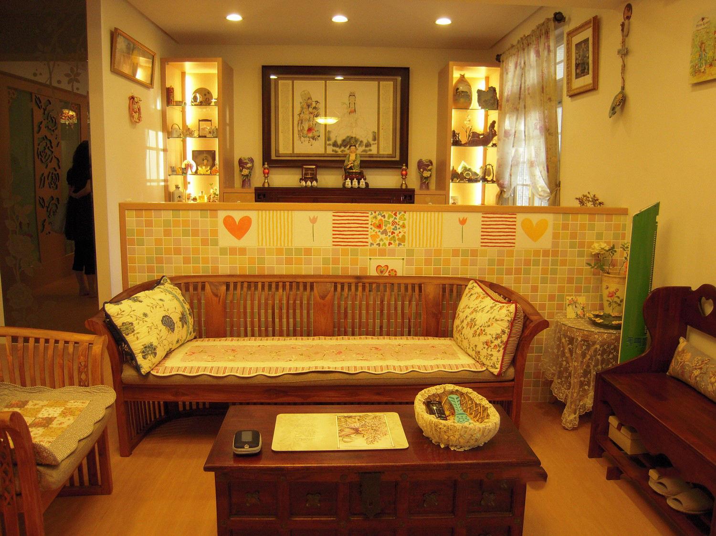 暖色系复古宜家装修客厅隔断设计