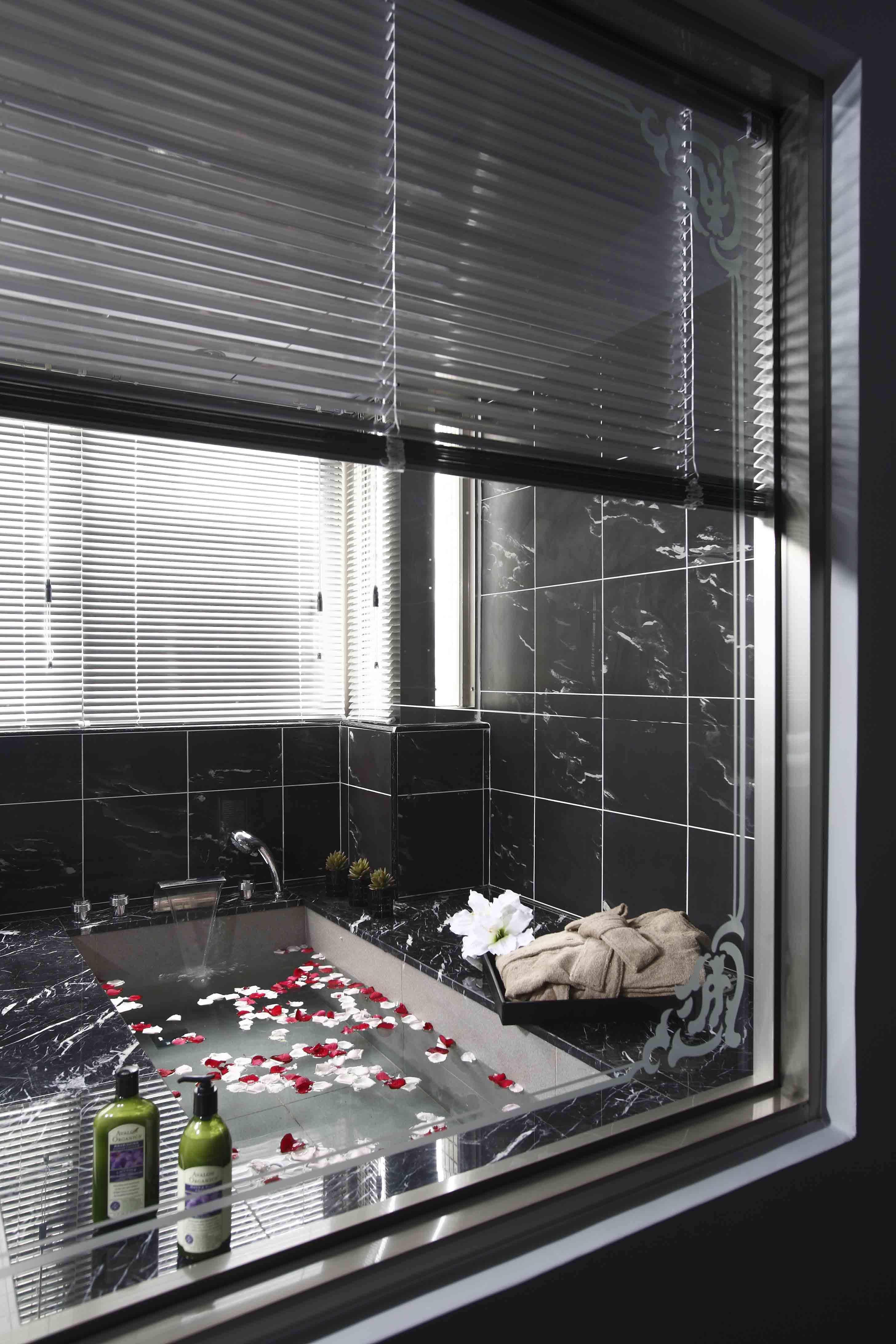 现代时尚风韵卫生间浴缸设计装修效果图
