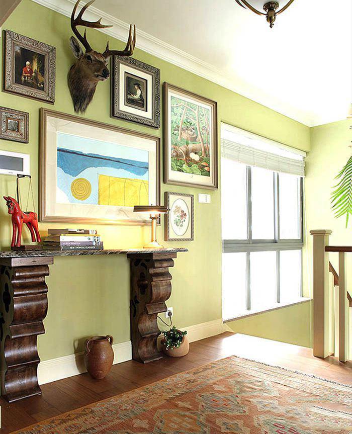 浅绿色清新田园复式楼梯过道相片墙装饰图