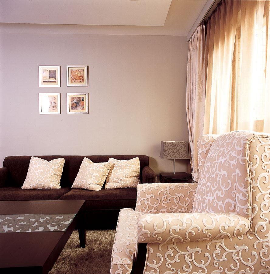 大气简约咖啡色新中式二居客厅一角装饰效果图