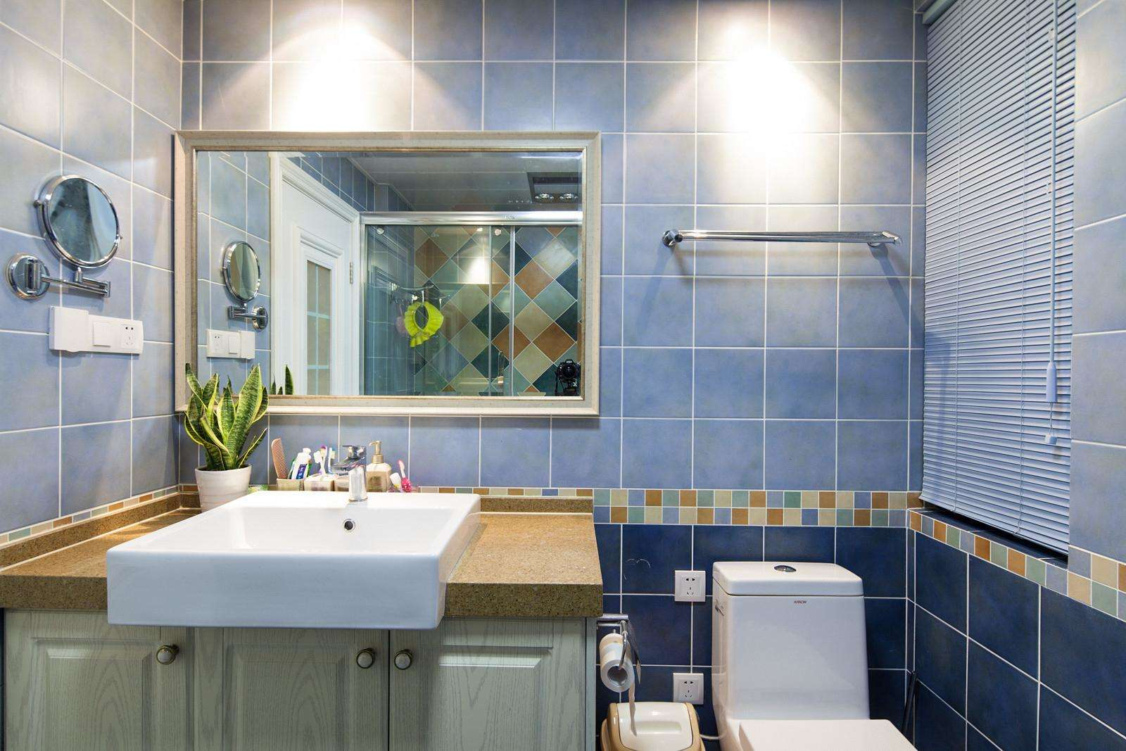 蓝色简约风格卫生间背景墙效果图片