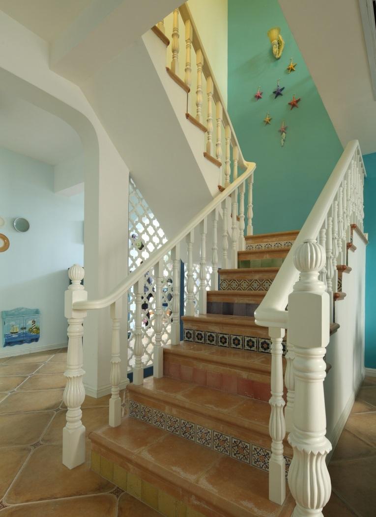 美式风格别墅室内楼梯设计装潢图片
