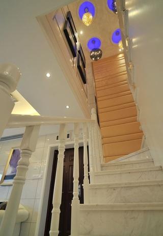 现代唯美风白色转角楼梯效果图