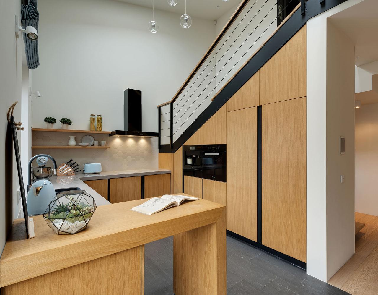 原木复式楼厨房楼梯效果图