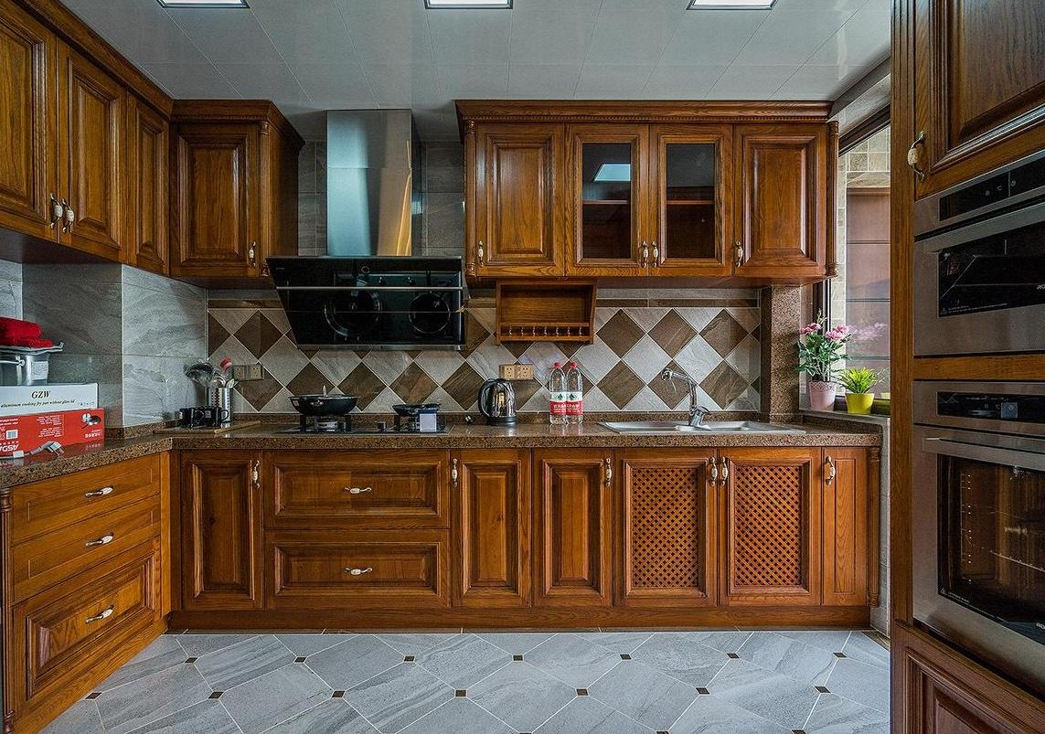 复古欧式设计厨房原木橱柜效果图